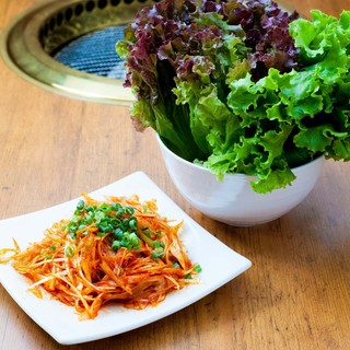 野菜と食べる焼肉&ホルモンわの焼肉道【サンチュネギサラダ編】
