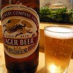 吉野寿司 - まずは何時ものようにこいつからですよね。瓶ビールです。ここはキリンのラガーですね。ん~、美味しい!!