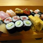 吉野寿司 - もう、決まっています。ここに来ればこれしかないでしょう。特上にぎりです。沢山ありますね。ワクワク。