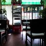 三島屋 - ガラス扉越しに真夏の日差しが光って見えます