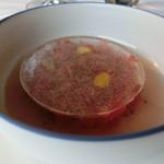 Flocons de Sel - トマトと圧力をかけて抽出したトマトの液体。酸味のある液体はとろみがあります。上の氷を割りながら、食べる塩梅がいいですね