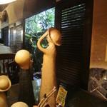 コパ デ カフェ - お人形の先は窓辺に緑