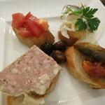 バー・カプリ - スペイン風タパス盛合せ 4種類のブリスケッタ  フレッシュトマト 鰯の酢漬け ラタトゥイユ パテドカンパーニュ