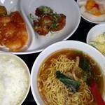 楓林 - 日替わりランチ 極細麺のラーメン、マカロニサラダ、エビチリ、唐揚げ、おしんこ、杏仁豆腐、ドリンクとボリュームあります