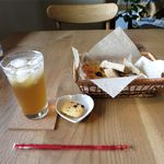 インカルシ - 自家製ジンジャエールと自家製パン盛り合わせ(900円)