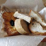 インカルシ - 自家製パン盛り合わせ、左から「デニッシュ」「ライ麦パン」「レーズンパン」