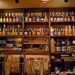 泡盛と沖縄料理 Aサインバー - カウンター前のボトル群