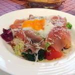 シラノ・ド・ベルジュラック - 小海老・生ハム・温泉卵のサラダ