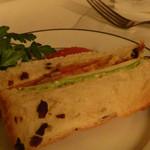 マッシモ・マリアーニ - ブドウパンのサンドイッチ