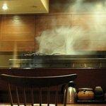 赤坂 とさか - 鶏を炭火で焼く煙が厨房にモクモク!