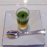ラシェリール - アミューズ:キュウリとミントのスープ、人参ムース、ボイルした小海老