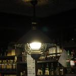 ブリック - カウンターの上にあるランプもレトロな感じ♪