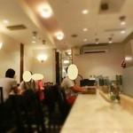 グランデ珈琲 - 明るくこじんまりとした店内である。