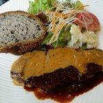 バーンズ・キッチン - 本日のランチ \1,500のビーフステーキ、サラダ、パン