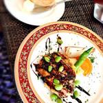 グリル葵 - ランチのメインのお皿(お肉をチョイス)とパン