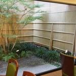 寛永堂 - 店内奥の中庭が素敵