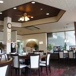 中国料理・珍 - ゆったりしたテーブル配置と、質感の高い調度で落ち着いて食事ができます