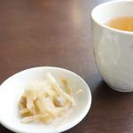 中国料理・珍 - 漬け物と冷たいお茶が出てきます