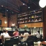 自家製パスタ洋食堂 マルブン - 倉庫を改装した店内は天井が高く、なんともオサレな雰囲気〜♡