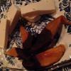 呂仁 タバーン - 料理写真:チャージの突出しも楽しみの一つ。この日はピーチ入りのチーズとドライマンゴーチョコがけ