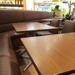 長田本庄軒 - 座った席の横、向こうに丸亀製麺が見えます、長田本庄軒は、隣り(同じ会社ですもんね)