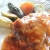 ひげのみせ - 料理写真:ぎっしり肉の詰まった、肉汁たっぷりなハンバーグに自然感満載なお野菜