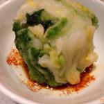 てっちゃん - 2014/08/22 白菜の根もとぐるりに醤油を回しかけて、一味唐辛子も回しかけて美味しく食べるhrby流です。
