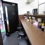 横浜家系 侍 - 入口のドアが開けっ放しのため、寒くてチョッと落ち着きません・・