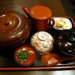 うな富士 - 初心を貫いて上ひつまぶしにしました。こうやってお膳で運ばれてきます。大きなお櫃、肝吸、お漬け物、ネギとわさびの薬味、出汁、お茶碗、しゃもじです。