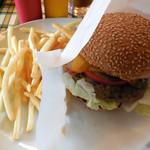 ブッチャーズキッチン - ...「厚切りベーコン チーズバーガー(1150円)」、新鮮レタス!