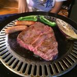グリーン・グリーン - 牛肩ロースの厚切りごちそうステーキ。約200g。2ドリンク付き¥2000。2名様でもどうぞ。