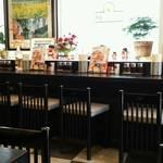 会津喜多方ラーメン 小法師 - カウンター席とテーブル席。