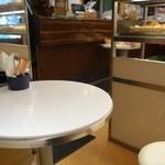 メゾン・カイザー - (2014/7月)イートインコーナーのテーブル