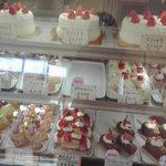 フランス菓子の店巴里 - ショーケースの中のケーキ