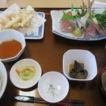 おさかな倶楽部 - たまねぎのかき揚げ付 地魚3点盛り。ナスの煮浸しは少ししょっぱかったので残してしまいました。刺身の中の太刀魚は新鮮でとても美味しかったです。魚のすり身の椀ものは文句なし!