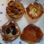 ペストリーショップ ラ・モーラ - アップルパイ、クリームチーズのプルンダ、ダークチェリーのプルンダ、マンゴークルームパン