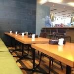 ステフォレ - 機能的にテーブルが並ぶ店内