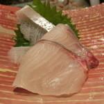 第三春美鮨 - シマアジ 1.9k 釣 三重県和具 熟成4日目       これぞ釣りのシマアジのうまさ。       表面がねっとり箸が滑るが旨みが相当増している。ここりゃ、凄い。       腹側はもちろんかなり強烈
