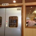 カドヤ食堂 - 奥の製麺室に店主が!!