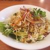 ハンバーグオニオン - 料理写真:暫くすると最初にセットのサラダが運ばれてきました、和風ドレッシングのかかった野菜サラダです。