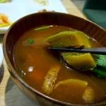 CAFE&KITCHEN ROCOCO - 汁椀は野菜のたっぷり入った赤だし味噌汁、ゴロゴロとした茄子等の野菜がいっぱい入ってます。