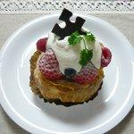 パティスリー カシュカシュ - イチゴののったシュークリーム