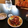 七重 - 料理写真:「イヤート甲州シュールリー」550円と「鳥もつ煮小」410円