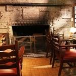 バー デイサイト - 大谷石の暖炉が温か