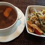 チャイナシャドー - 蓮根、人参などの根菜のスープとサラダ