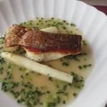 ビストロ ル ポール - メインはお肉とお魚から選べましたが私は魚を選びました、この日は鯛のポアレでした。