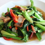 スクンビット ソイ55 - カナー菜揚げ豚バラ肉の炒め物