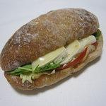 3084363 - グリーンサラダとカマンベールチーズのサンドイッチ 360円