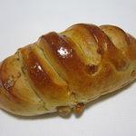 3084365 - くるみを入れた牛乳パン 180円