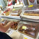 琉球銘菓 三矢 - 好きなアーダギーを自分で袋に入れる。どれでも1個¥90